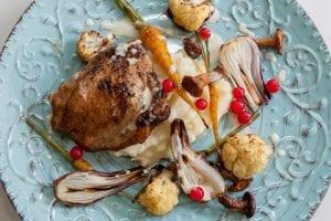 Äppelmustfylld Kyckling Med Potatispuré, Primörer Och Nästan Bränd Grädde