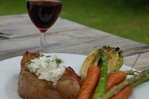 Fläskkotlett Med Grillade Grönsaker, Örtcrème & Potatis I Foliepaket