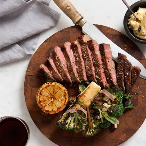 grillad entrecote med sotad broccoli, hasselnötter, salvia, rostad vitlök och sardeller