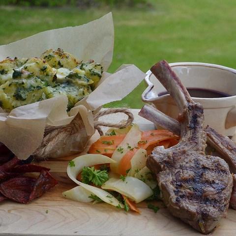 Lammracks Med Svartvinbärssås, Krossad Potatis Med Chèvre Och Nässlor, Kålrabbisallad Med Körvel Och Rödbetschips