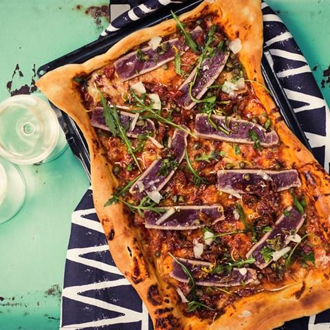 Pizza Capricciosa Pimpad Med Halstrad Tonfisk Och Serverad Med Ruccola-gremolatadressing