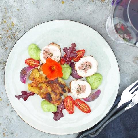 Salsicciafylld Salviakyckling Med Potatiskaka Och Grön Valnötskräm