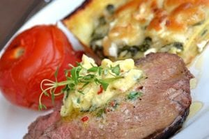 Grillad rostasfilé med grön ostlasagne och hett timjansmör