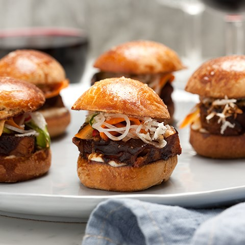 Sliders Med Bbq-glaserad Fläskkarré, Chili Pickles & Pepparot